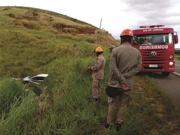 Motorista perde o controle do veículo e cai em barranco na BR-356, entre Italva e Cardoso Moreira